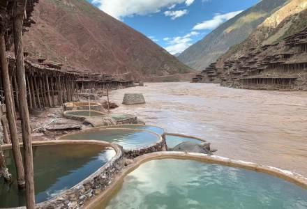 芒康盐井古盐田已有1300年历史,是我国唯一保持完整最原始手工晒盐方式的地方